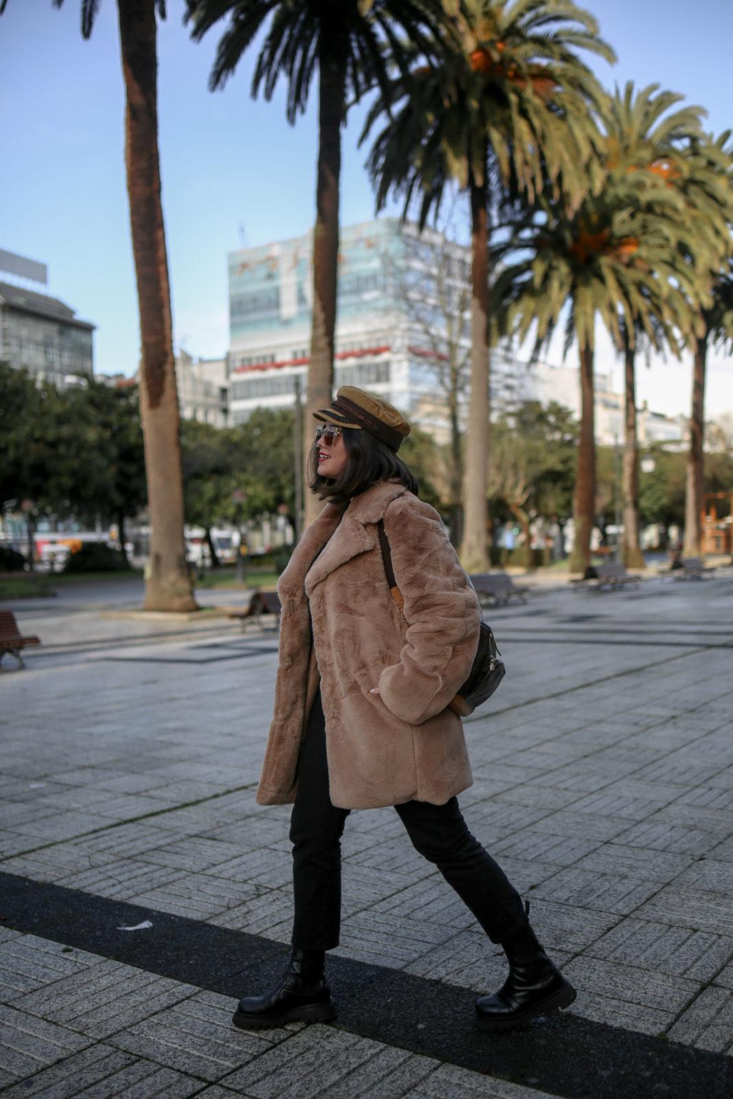 Look con abrigo de pelo camel