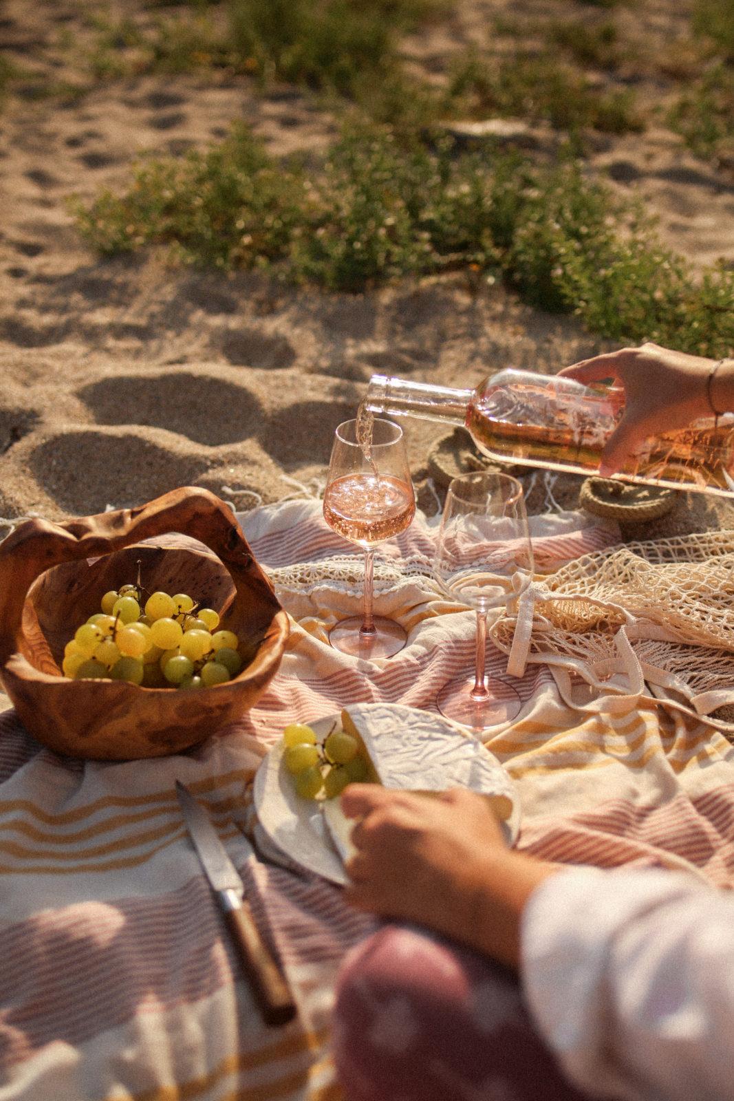 Picnic en la playa con vino rosado